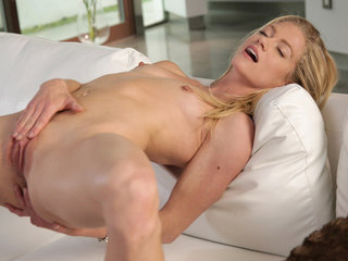 Sexy blonde babe Bella Bends gives herself a..